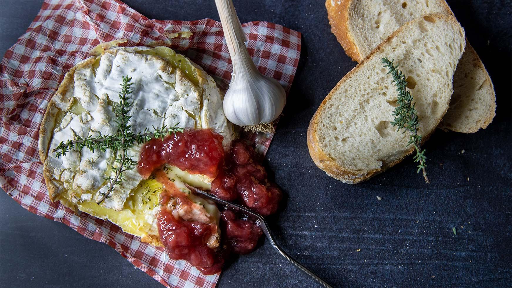 camembert met stoofperencompote